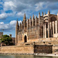 Em 1993, visitando Palma de Mallorca e Getxo a capital do País Basco